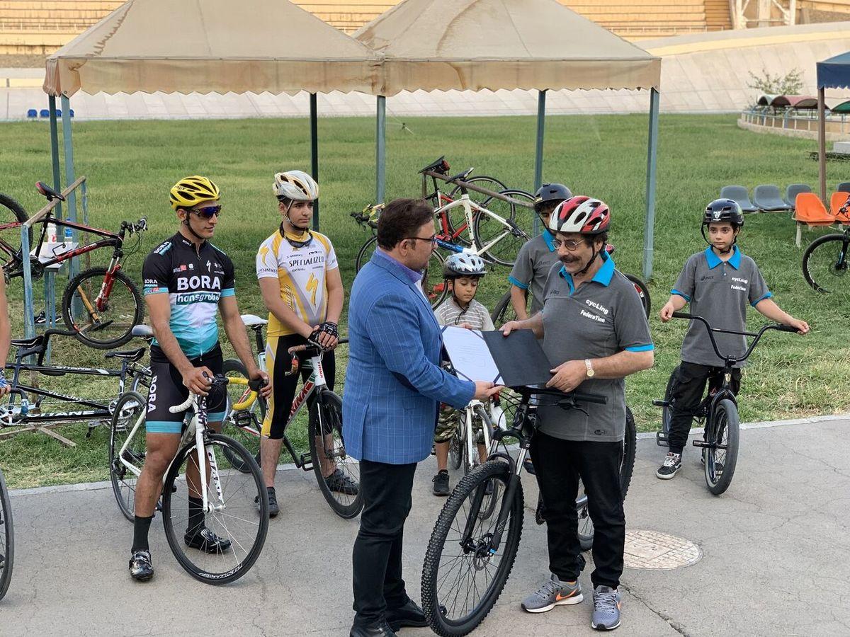 خواننده محبوب کشورمان سفیر فدراسیون دوچرخه سواری شد
